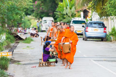Luang Prabang, Laos - 13 juin 2015 : Aumône bouddhiste donnant la cérémonie image libre de droits