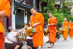 Luang Prabang, Laos - 13 juin 2015 : Aumône bouddhiste donnant la cérémonie photographie stock