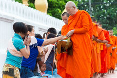 Luang Prabang, Laos - 14 juin 2015 : Aumône bouddhiste donnant la cérémonie images libres de droits
