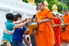 Luang Prabang, Laos - 14 juin 2015 : Aumône bouddhiste donnant la cérémonie photo stock