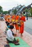 Luang Prabang, Laos - 14 juin 2015 : Aumône bouddhiste donnant la cérémonie photographie stock