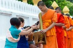 Luang Prabang, Laos - 14 juin 2015 : Aumône bouddhiste donnant la cérémonie photo libre de droits