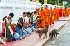Luang Prabang, Laos - 14 juin 2015 : Aumône bouddhiste donnant la cérémonie image stock