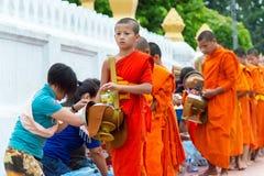 Luang Prabang, Laos - 14 juin 2015 : Aumône bouddhiste donnant la cérémonie photos libres de droits