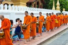 Luang Prabang, Laos - 14 juin 2015 : Aumône bouddhiste donnant la cérémonie photos stock