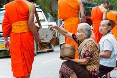 Luang Prabang, Laos - 14 juin 2015 : Aumône bouddhiste donnant la cérémonie photographie stock libre de droits