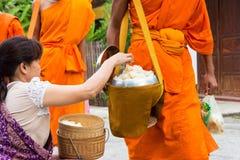 Luang Prabang, Laos - 14 juin 2015 : Aumône bouddhiste donnant la cérémonie image libre de droits