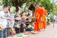 Luang Prabang, Laos - 15 juin 2015 : Aumône bouddhiste donnant la cérémonie photos stock