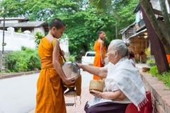 Luang Prabang, Laos - 15 juin 2015 : Aumône bouddhiste donnant la cérémonie images stock