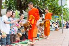 Luang Prabang, Laos - 15 juin 2015 : Aumône bouddhiste donnant la cérémonie images libres de droits