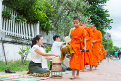 Luang Prabang, Laos - 15 juin 2015 : Aumône bouddhiste donnant la cérémonie image libre de droits