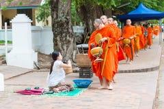 Luang Prabang, Laos - 15 juin 2015 : Aumône bouddhiste donnant la cérémonie photographie stock