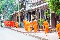 Luang Prabang, Laos - 15 juin 2015 : Aumône bouddhiste donnant la cérémonie photo libre de droits
