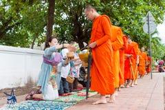 Luang Prabang, Laos - 15 juin 2015 : Aumône bouddhiste donnant la cérémonie photo stock