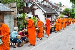 Luang Prabang, Laos - 14 juin 2015 : Aumône bouddhiste donnant la cérémonie images stock