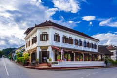LUANG PRABANG, LAOS - 29 Juni 2018 - het Oude bulding van Saynamkhan R stock afbeelding