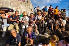 LUANG PRABANG, LAOS - 28 JUNI 2018 - Toeristen wacht geduldig  stock fotografie