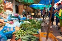LUANG PRABANG LAOS, KWIECIEŃ, - 14, 2019 Lokalni Lao ludzie świętuje Pi Mai, przy rynkiem Lao nowy rok, duży wodny festiwal obraz royalty free