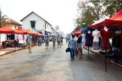 LUANG PRABANG LAOS, KWIECIEŃ, - 14, 2019 Lokalni Lao ludzie świętuje Pi Mai, przy rynkiem Lao nowy rok, duży wodny festiwal obrazy royalty free