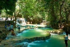 Luang Prabang laos 04 20 2019 Leute besuchen Kuangsi-Wasserfall lizenzfreies stockbild