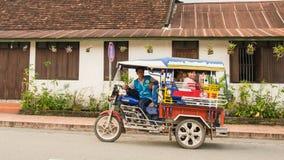 LUANG PRABANG, LAOS - 12. MAI: Tuk-Tuk oder Minipackwagen ist verfügbar Lizenzfreie Stockfotos