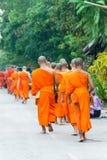 Luang Prabang Laos, Mar 06 2015, -: Mnichów buddyjskich datki daje ce Obrazy Stock