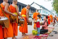 Luang Prabang Laos, Mar 05 2015, -: Mnisi buddyjscy zbiera alm Zdjęcie Stock