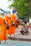 Luang Prabang Laos, Mar 06 2015, -: Mnisi buddyjscy zbiera alm Obraz Royalty Free