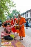 Luang Prabang Laos, Mar 05 2015, -: Mnisi buddyjscy zbiera alm Obraz Royalty Free