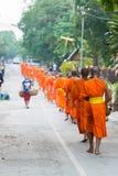 Luang Prabang Laos, Mar 06 2015, -: Mnisi buddyjscy zbiera alm Zdjęcia Royalty Free