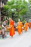 Luang Prabang Laos, Mar 06 2015, -: Mnisi buddyjscy zbiera alm Obraz Stock
