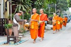 Luang Prabang Laos, Mar 06 2015, -: Mnisi buddyjscy zbiera alm Zdjęcia Stock