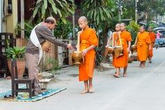 Luang Prabang Laos, Mar 06 2015, -: Mnisi buddyjscy zbiera alm Zdjęcie Royalty Free