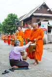 Luang Prabang Laos, Mar 06 2015, -: Mnisi buddyjscy zbiera alm Fotografia Stock