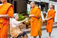 Luang Prabang Laos, Mar 06 2015, -: Mnisi buddyjscy zbiera alm Zdjęcie Stock