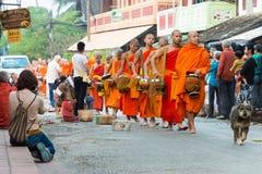 Luang Prabang Laos, Mar 06 2015, -: Mnisi buddyjscy zbiera alm Fotografia Royalty Free