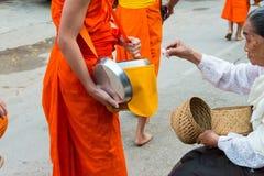 Luang Prabang Laos, Mar 06 2015, -: Mnisi buddyjscy zbiera alm Obrazy Stock