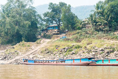 Luang Prabang, Laos - Mars 04 2015: Långsam fartygkryssning på Mekonen Arkivfoto