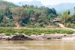 Luang Prabang, Laos - Mars 04 2015: Långsam fartygkryssning på Mekonen Fotografering för Bildbyråer