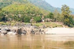 Luang Prabang, Laos - Mars 04 2015: Långsam fartygkryssning på Mekonen Royaltyfri Foto
