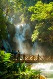 Luang Prabang, Laos - November 23, 2015: Folk på den idylliska Kuang Si Waterfall Fotografering för Bildbyråer