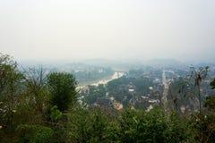 LUANG PRABANG LAOS O 14 DE ABRIL 2019: vista do si de Phou da montagem, si de Phu, monte alto no centro da cidade velha de Luang  imagens de stock