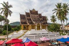 Luang Prabang, Laos - około Sierpień 2015: Namioty nocy Royal Palace w Luang Prabang i rynek, Laos Obrazy Royalty Free
