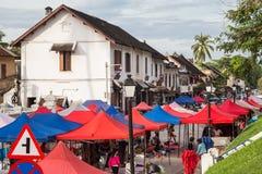 Luang Prabang, Laos - około Sierpień 2015: Namioty uliczny rynek w Luang Prabang, Laos Fotografia Royalty Free