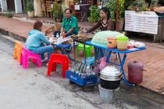 Luang Prabang, Laos - około Sierpień 2015: Pobocze restauraci porci jedzenie w Luang Prabang, Laos Obrazy Stock