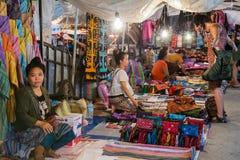 Luang Prabang, Laos - około Sierpień 2015: Tradycyjny noc rynek z rzemiosłami i pamiątkami na ulicach Luang Prabang, Laos Obrazy Stock