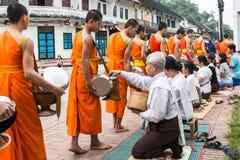 LUANG PRABANG, LAOS - OKTOBER 27; Oidentifierade munkar går till sänkan Arkivfoto