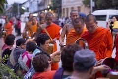 Luang Prabang, le Laos, moines et les gens dans l'aumône donnant le ceremon photo libre de droits