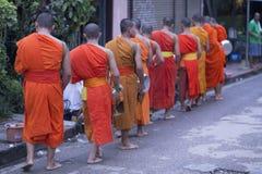 Luang Prabang, le Laos, moines et les gens dans l'aumône donnant le ceremon photographie stock