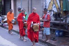 Luang Prabang, le Laos, moines et les gens dans l'aumône donnant le ceremon image libre de droits